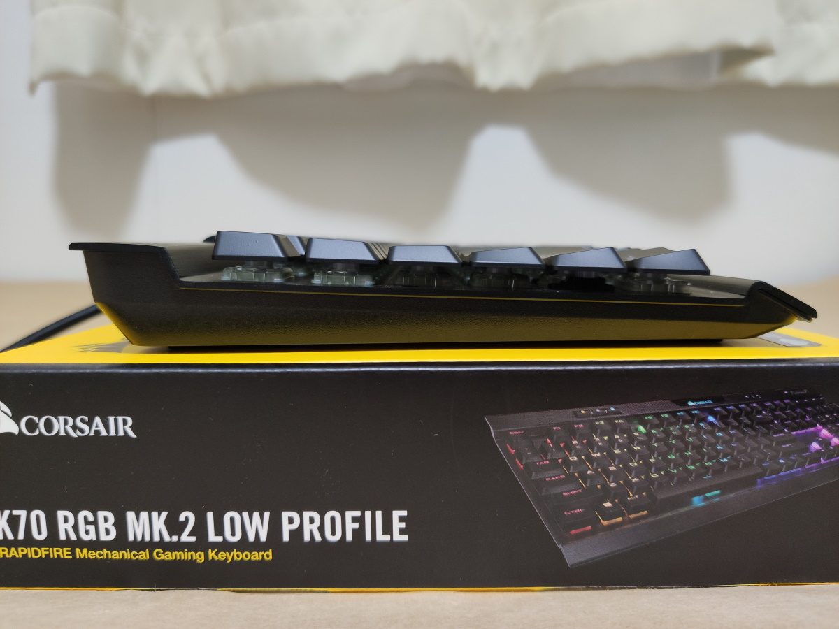 Corsair K70 RGB MK.2 LOW PROFILE RAPIDFIREを横から見た様子