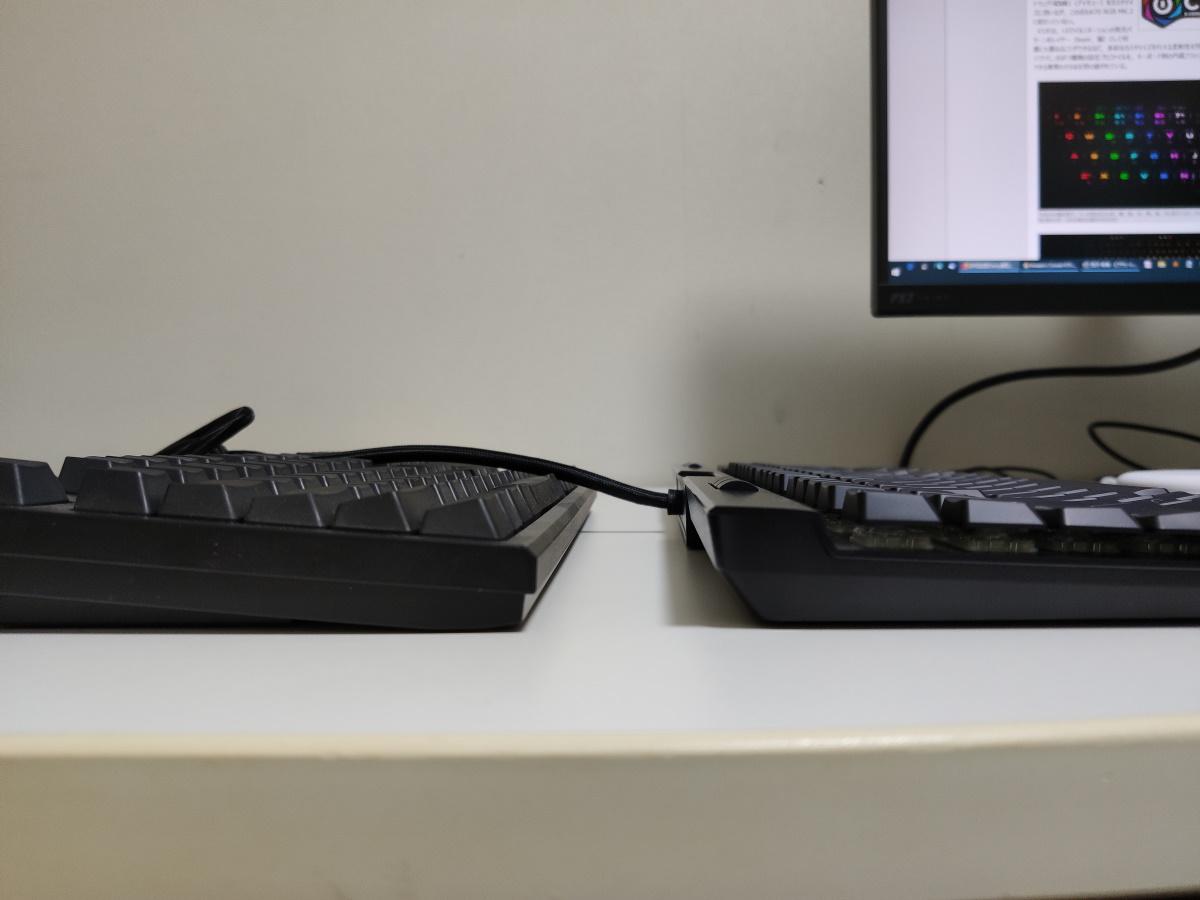 K70 RGB MK.2 LPとREALFORCE R2を並べて横から見た様子