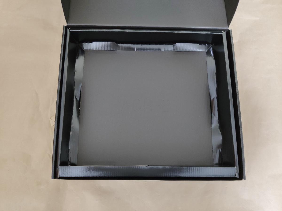 ASRock X570 Steel Legendの内箱からマザーボードを取り出した様子