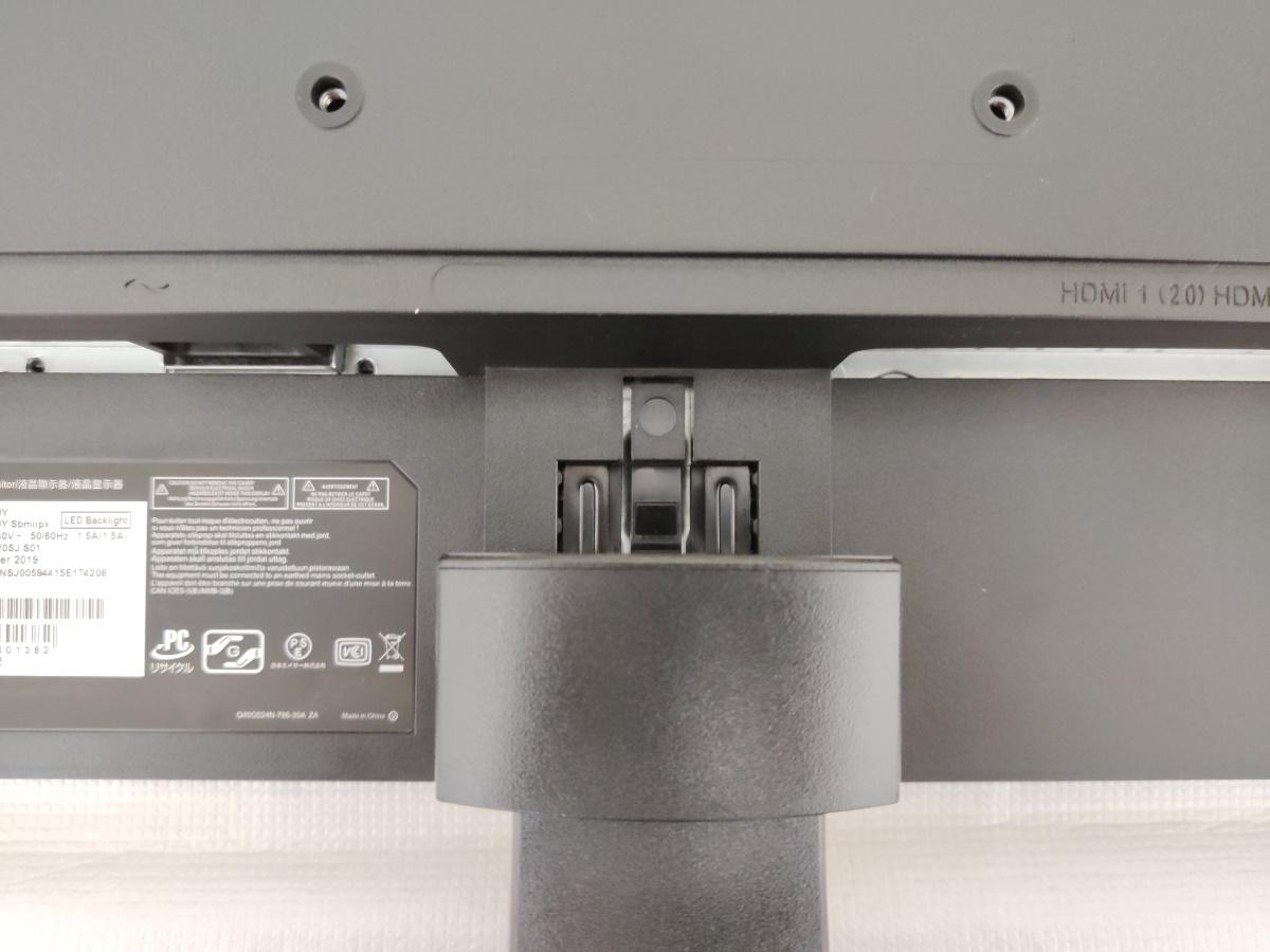 Acer VG240YSbmiipx本体にスタンドと台座を取り付ける様子