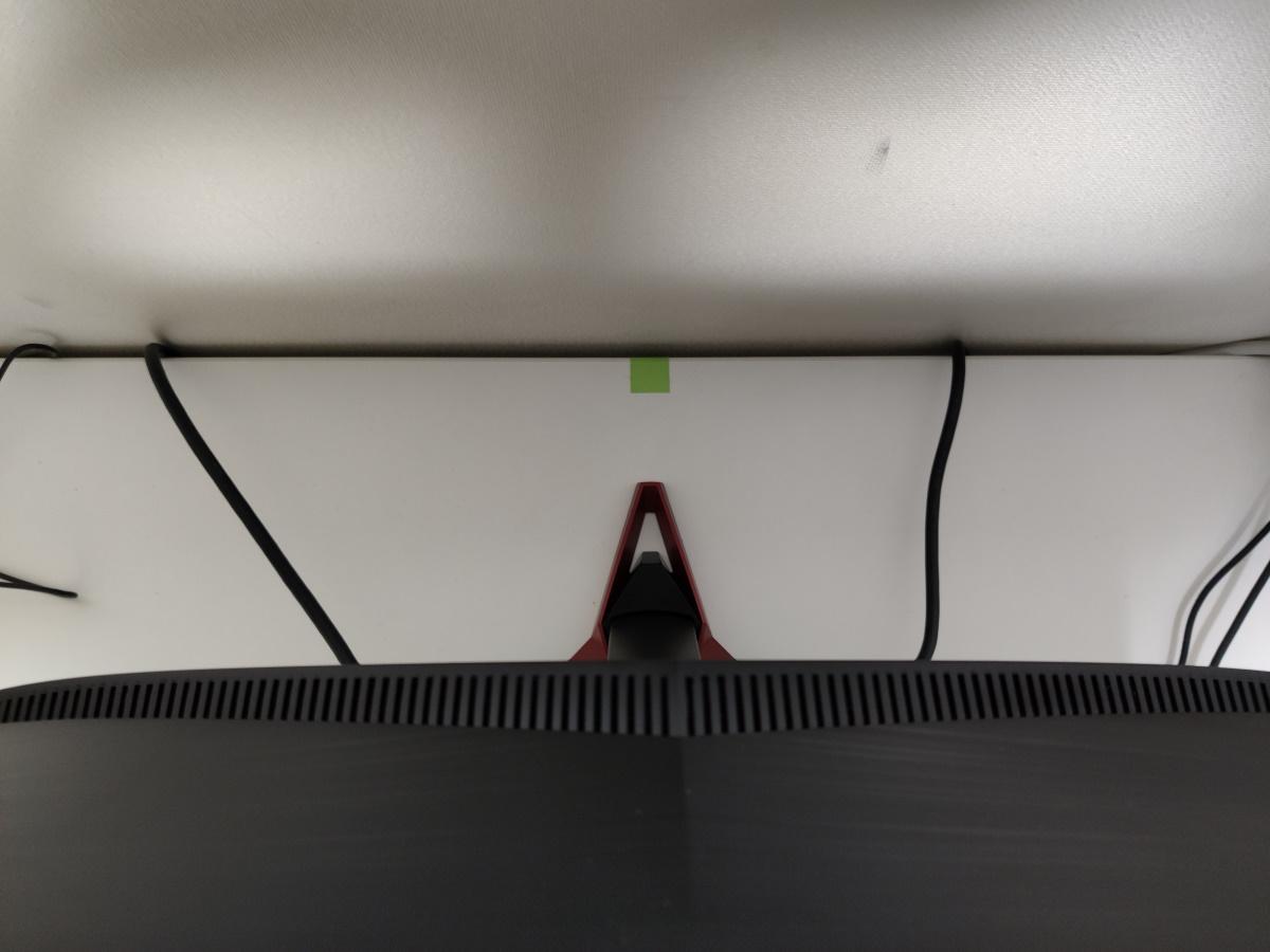 Acer VG240YSbmiipxの裏側(台座が飛び出ている様子)