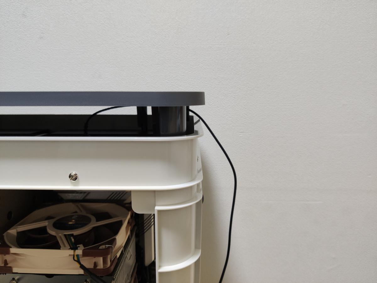 InWin ALICEのケース部分と天板の隙間にUSBケーブルを通した様子