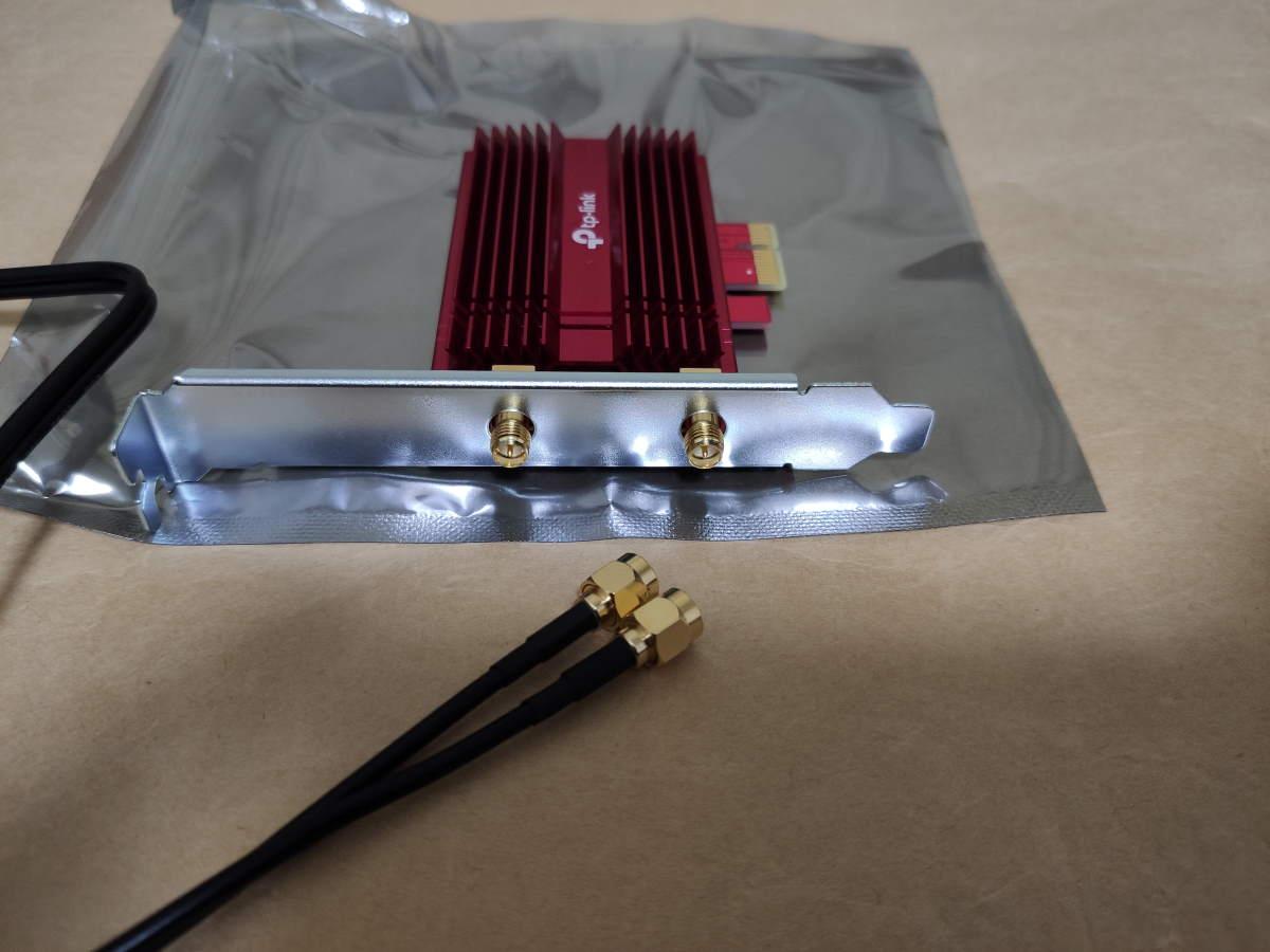 TP-Link Archer TX3000Eのカード本体にケーブルを取り付ける様子