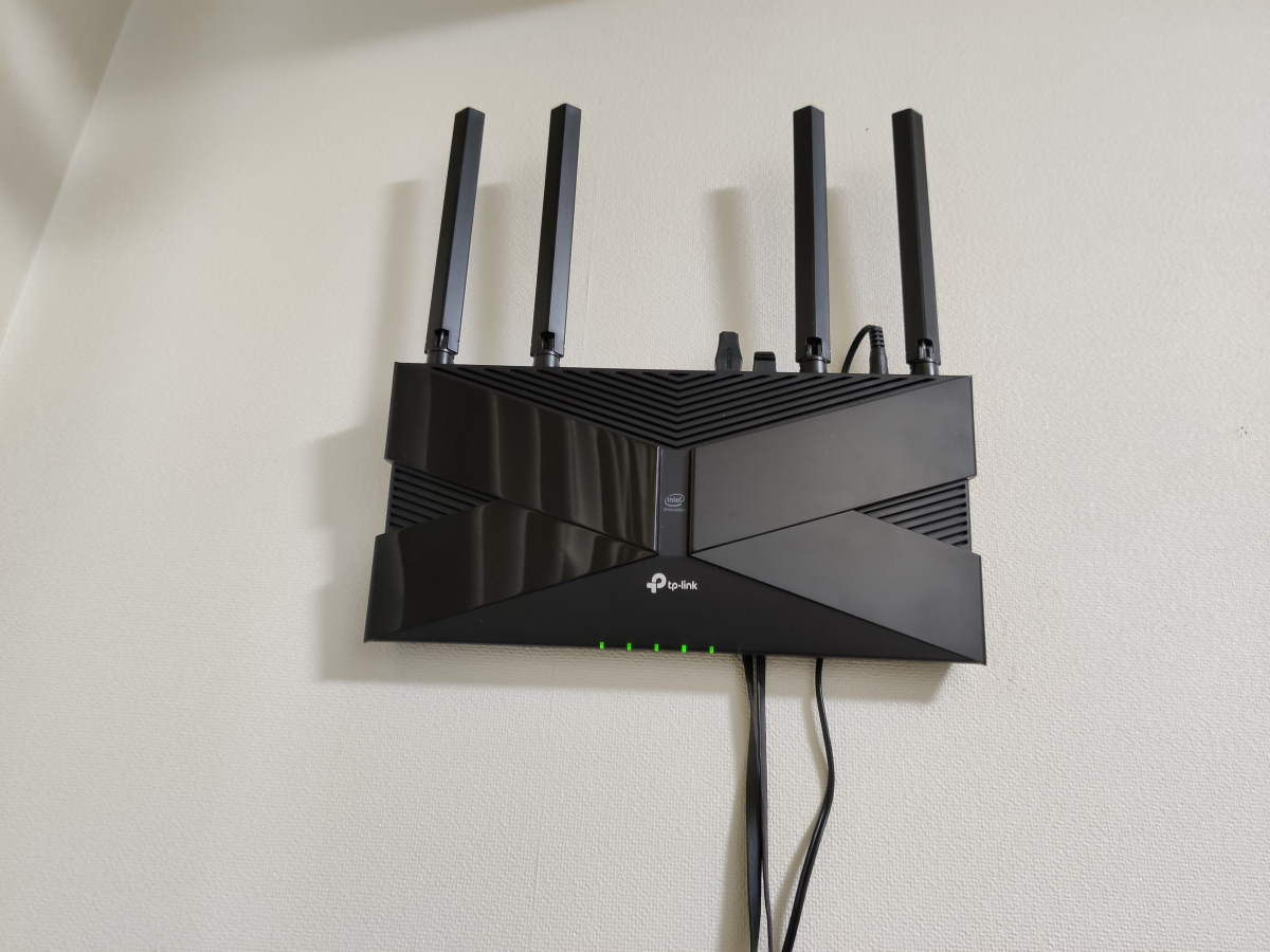 TP-Link Archer AX50本体を壁掛けしてケーブルを接続した様子