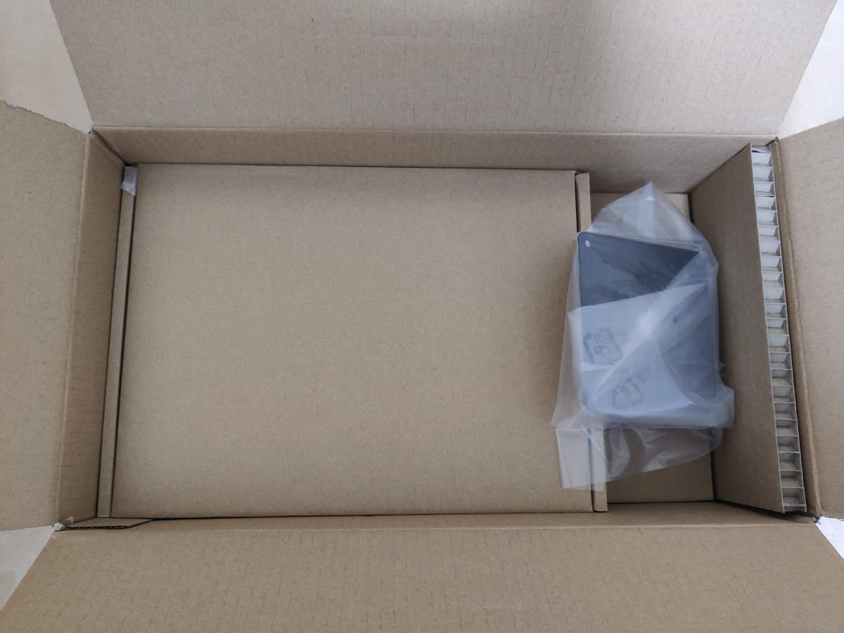 Amazonベーシック モニタースタンドのパッケージから緩衝材と取り出した様子