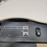 机にサンワサプライ 100-KB003を設置してキーボードとマウスを載せた様子(手前に引き出した状態)