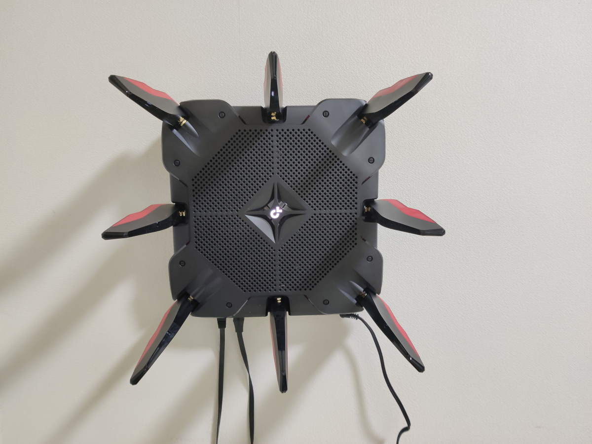 TP-Link Archer AX11000を壁掛けにしてケーブル類を接続した様子