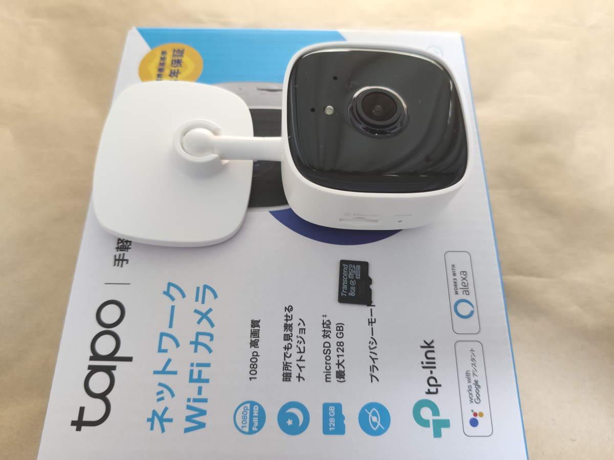 TP-Link Tapo C100にmicroSDカードを挿す様子