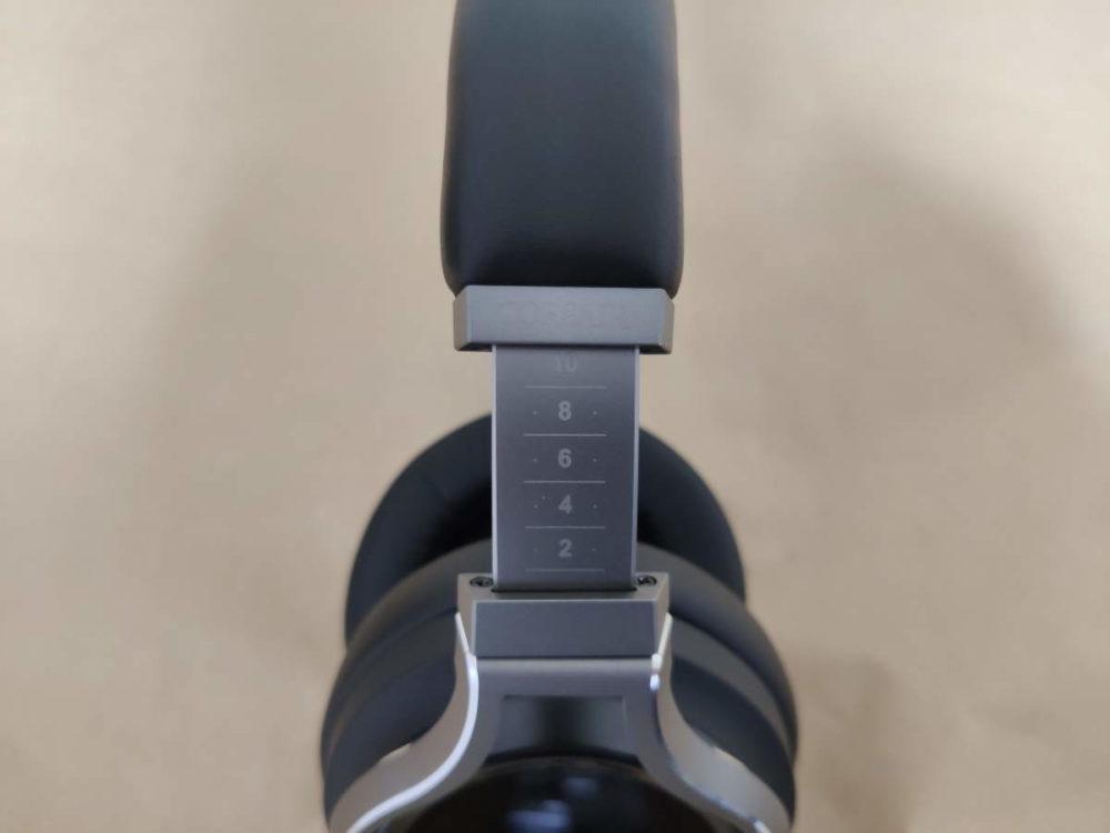 Corsair VIRTUOSO RGB Wirelessのイヤーバンドの伸ばした様子