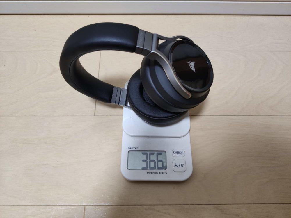 Corsair VIRTUOSO RGB Wirelessの重さを計測した様子(マイク無し)
