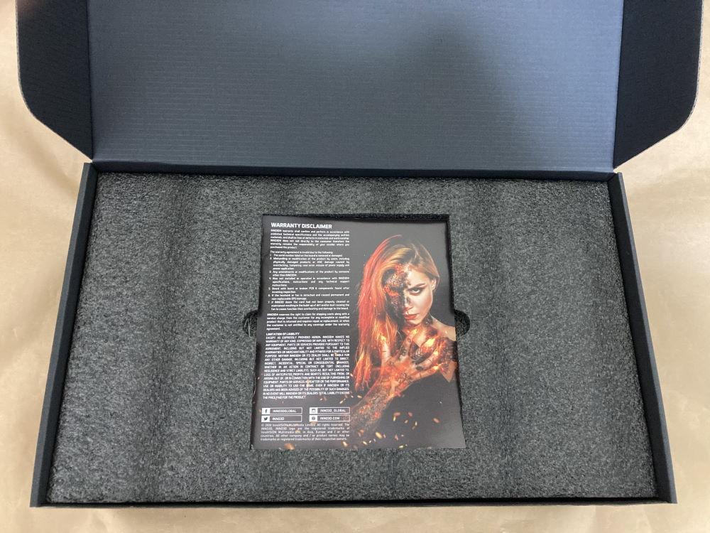 INNO3D GEFORCE RTX 3070 ICHILL X4のパッケージを開封した様子