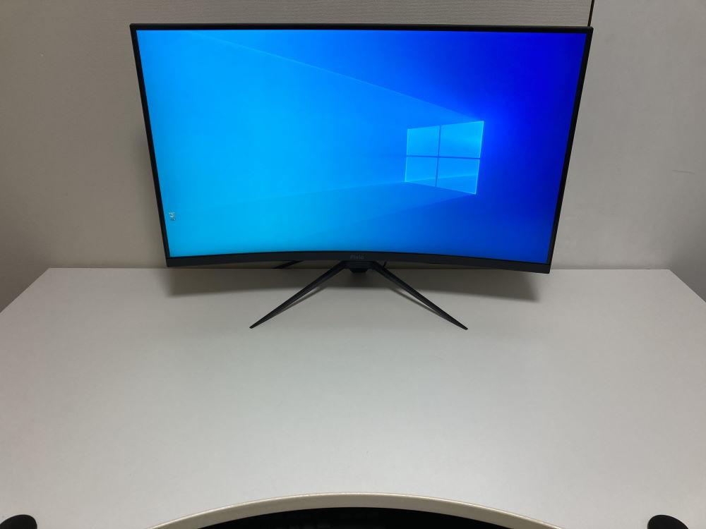 Pixio PXC327を実際に机に設置した様子