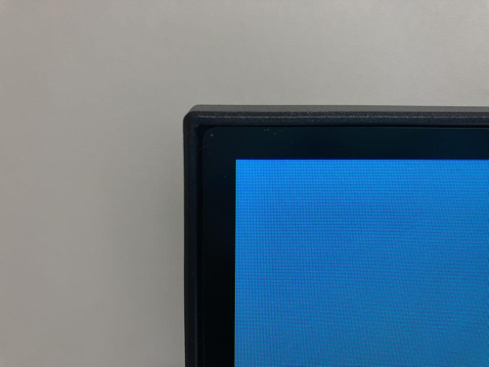 Pixio PXC327の表示領域を撮った様子(本体左上)