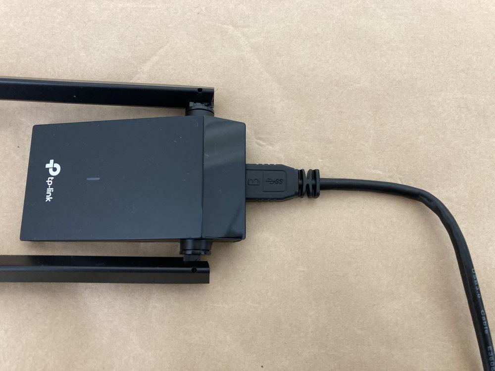 TP-Link Archer T4U PlusにUSBケーブルを接続した様子