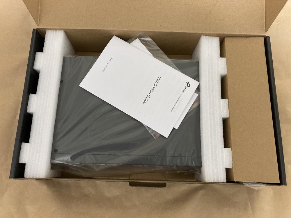 TP-Link TL-SX1008のパッケージを開封した様子