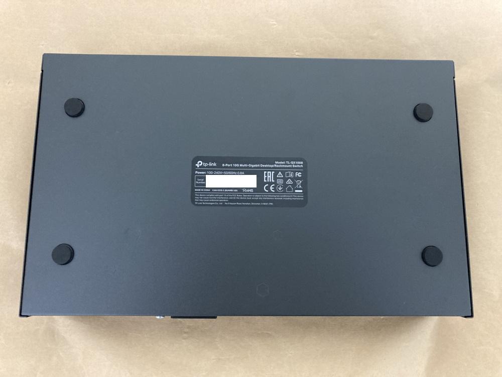TP-Link TL-SX1008本体底面(ゴム足を取り付けた様子)