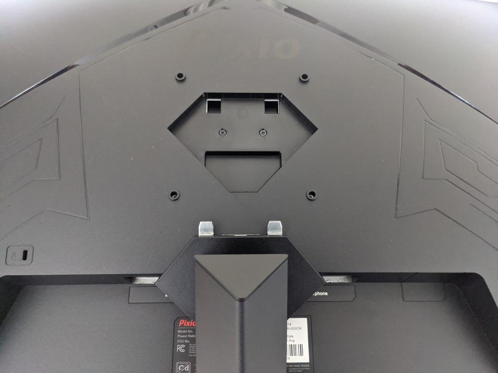 Pixio PXC325の背面にスタンドを取り付ける様子