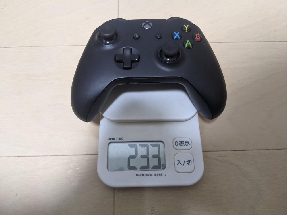 マイクロソフト純正コントローラーの重さを計測した様子